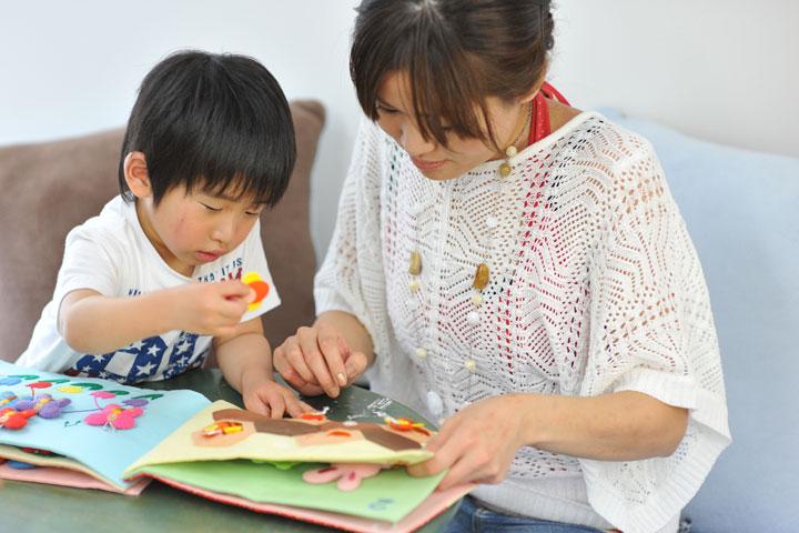 数遊び絵本で遊ぶ子ども6