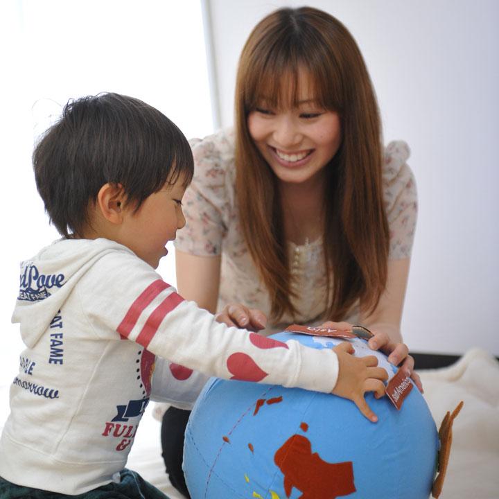 地球儀で遊ぶ子ども